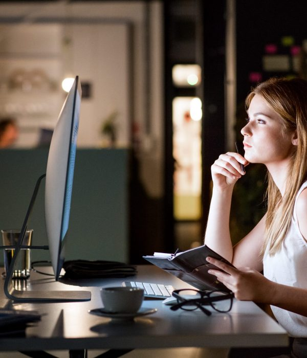 businesswoman-in-her-office-at-night-working-late-PM75SZM